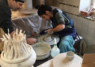 Keramische Kunstwerke entstehen an der Töpferscheibe